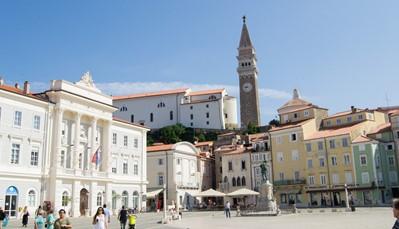 """<h2>Elke regio zijn specialiteit</h2>  <div style=""""text-align: justify;"""">Slovenië is een enorm divers land. Daarom heeft het land iedereen wel iets te bieden. Het Noorden is aan de durvers. Hier leef je je uit in de Alpen en geniet je van de ongerepte natuur met smaragden meren. Wil je weg van andere toeristen, blijf dan weg uit Bled en bezoek het nabijgelegen Bohinj meer. Dezelfde prachtige natuur, maar dan zonder volle bussen.</div> <br /> &nbsp;"""