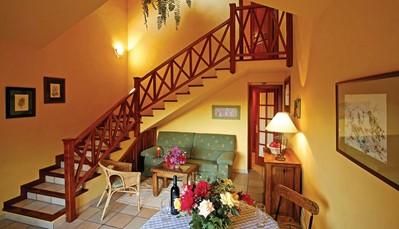 """<div style=""""text-align: justify;"""">De villa heeft twee verdiepingen. Op de begane grond ligt de woonkamer met een slaapbank en een goed uitgeruste keuken. Ook de badkamer met ligbad bevindt zicht op de benedenverdieping. Op de bovenverdieping kan je de slaapkamer met twee eenpersoonsbedden vinden.&nbsp;</div>"""
