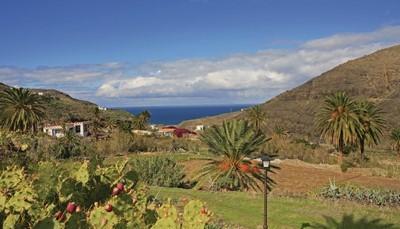 """<div style=""""text-align: justify;"""">Je vakantiehuis ligt hoog boven het pittoreske dorpje El Risco in Agaete, en staat samen met een ander huis op een finca (perceel). De huizen delen het zwembad en een zonneterras met een barbecue. Vlakbij de villa ligt een schattig kiezelstrand. Zoek je een zandstrand, dan kan je wat verder terecht aan de stranden van Agaete. De luchthaven ligt72 kilometer verder.</div>"""
