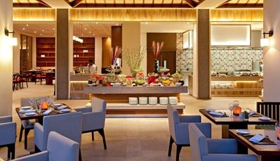 """<div style=""""text-align: justify;"""">Je kan elke avond terecht in &lsquo;La Pomme d&#39;amour&rsquo;, het hoofdrestaurant dat een internationale keuken met creoolse toetsen serveert. Thaise specialiteiten vind je in&nbsp;&lsquo;Ginger Thai&rsquo;, en op het strand kan je genieten van het relaxte restaurant &lsquo;Les Coquillages&rsquo;.&nbsp;&lsquo;La Case Créole&rsquo;, serveert dan weer een traditionele creoolse kaart. Terrasbar &lsquo;Vista Bar&rsquo;, ligt ideaal om de zonsondergang of de fakkelceremonie te bewonderen, met een cocktail in de hand. In de &lsquo;Aqua Bar&rsquo; hangt steeds een ontspannen sfeer, en aan de rand van de infinity pool&nbsp;vind je de&nbsp; &lsquo;Hibiscus Bar&rsquo;.</div>"""