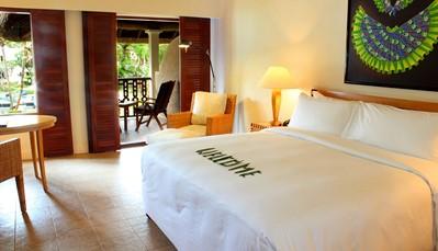 """<div style=""""text-align: justify;"""">De 175 kamers en 18 suites zijn verdeeld in paviljoenen van 2 of 3 niveaus tegenover de zee. Allen zijn uitgerust met balkon of terras, een kingsize bed of twee bedden, salon, dvd-speler, wifi (betalend), badkamer met badjassen, bad en aparte douche. Het verblijf in een junior suite of in suite bevat de service van een butler. Op deze reis verblijf je in een 'Grand deluxe room', die hedendaags is ingericht en dichtbij de infinity pool gelegen is.</div>"""