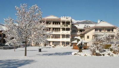 """<div style=""""text-align: justify;"""">Tijdens je vakantie verblijf je in Hotel&nbsp;Reipertingerhof. Hier kan je &#39;s avonds, na een dagje skiën, heerlijk relaxen.&nbsp;De kamers zijn erg traditioneel ingericht met houten meubilair en tapijt. Elke kamer heeft een lcd-tv, een eigen badkamer en uitzicht op de omgeving. In de spa van het hotel is het heerlijk vertoeven. Je kan gebruik maken van de sauna, Turks bad en het solarium. Je verblijft in het hotel op basis van halfpension.&nbsp;</div>"""