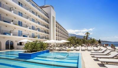 """<div style=""""text-align: justify;"""">Het TUI BLUEJadran hotel is een mooi viersterren resort dat rustig gelegen is aan het strand. Wie houdt van architectuur zal zich hier zeker thuis voelen, want het hele hotel straalt een fris modernisme uit. Ook de kamers zijn strak en licht ingericht. Je geniet in het hotel tevens van het TUI BLUEconcept.</div>"""