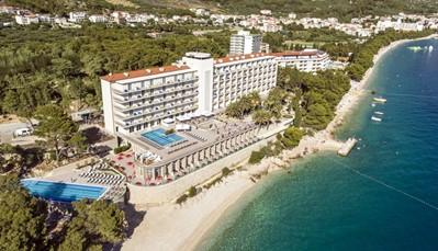 """<p style=""""text-align: justify;"""">TUI BLUE&nbsp;Jadran ligt direct aan het strand, zodat je rechtstreeks van je hotel de zee kan induiken.&nbsp;De stad Makarska ligt op 3 km afstand en is gemakkelijk te bereiken via een wandelpad. Het hotel&nbsp;ligt op 66 km van de stad Split en op zo&#39;n&nbsp;107 km van de luchthaven (transfer heen en terug inbegrepen).&nbsp;<br /> </p>"""