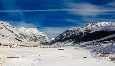 """<div style=""""text-align: justify;"""">Hotel Intermonti ligt op slechts 100 meter van de Mottolino-skiliften in Livigno, en is dus het perfecte vertrekpunt voor je ski-avonturen.&nbsp;De beroemde zwarte skipiste, genoemd naar slalomkampioen Giorgio Rocca, ligt 300 meter verderop. Het centrum van Livigno bevindt zich op 1,5 km afstand en is gemakkelijk te bereiken met de bus, die voor de deur van het hotel stopt.&nbsp;Een gratis skibus brengt u in ongeveer 15 minuten naar de pistes van Carosello 3000.&nbsp;</div>"""