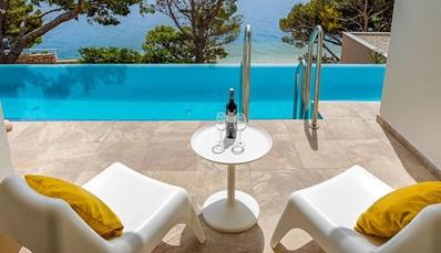 """<div style=""""text-align: justify;"""">Het TUI SENSIMAR Makarska is een intiem hotel, speciaal voor koppels die even weg willen van de wereld in een natuurlijke setting. Het hotel werd onlangs gerenoveerd en straalt nu een vredige vibe uit. Het vriendelijke personeel, de rustgevende kleuren, het smaakvolle decor en de prachtige omliggende bossen geven je een instant vakantiegevoel.</div>"""