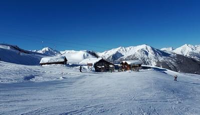 """<div style=""""text-align: justify;"""">Nendaz is in de zomer een gezellige vakantieplek, en in de winter een heerlijke uitvalsbasis voor wintersporten. In de zomer kan je de kabelbaan naar boven nemen om bergwandelingen te maken, of te mountainbiken. Wist je trouwens dat er ook verschillende routes zijn, speciaal voor kinderen? In de winter kan je vanuit het dalstation(1.383 m) skiën of snowboarden. Er is ook een Snowpark en een skischool vanaf 2 jaar. Er zijn verschillende Langlaufloipen, winterwandelpaden en rodelbanen (lengte 3 km).</div>"""