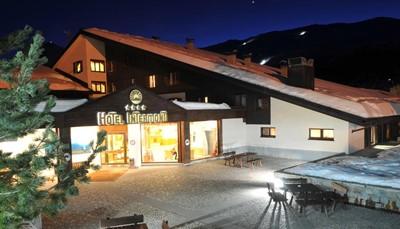 """<div style=""""text-align: justify;"""">Hotel Intermonti wordt omgeven door hoge dennenbomen en bestaat uit chalets met een kenmerkende alpine stijl. Na het skiën kan je uitblazen in&nbsp;het zwembad,&nbsp;de sauna en het Turks bad. Het hotel beschikt ook over een recreatieruimte, biljartfaciliteiten en een belastingvrije winkel. Ook kinderen en tieners amuseren zich hier, in de speelruimten die speciaal voor hen voorzien zijn. Kom je met de auto, dan kan je die gratis parkeren aan het hotel.&nbsp;</div>"""