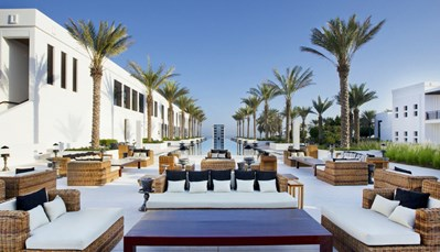 """<div style=""""text-align: justify;"""">Buiten het uitgebreide ontbijtbuffet, biedt The Chedi maar liefst 6 restaurants, waaronder eentje aan het strand. Je kan in elk van deze restaurants terecht wanneer je door de elegante tuinen wandelt. De bijzonder smaakvol ingerichte kamers&nbsp;omvatten badkamer met regendouche en haardroger;&nbsp;airco, flatscreen tv, dvd-speler, gratis wifi, Nespressomachine, telefoon, minibar en safe. Ontspannen doe je in de Balinese spa, met 13 suites, fitness, sauna, stoombad, kuren &amp; massages.&nbsp;</div>"""