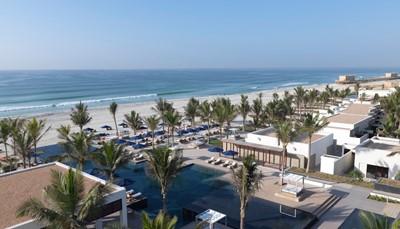 """<div style=""""text-align: justify;"""">In het Al Baleed Resort waan je je in een tropische oase, met haar prachtige tuinen en honderden palmbomen. Naast het ontbijtbuffet kan je terecht in een van de 3 restaurants, die elk een eigen cuisine hanteren. De 40 kamers en 96 villa&#39;s hebben telkens een badkamer met bad, aparte regendouche, haardroger;&nbsp;airco, telefoon, flatscreen tv, gratis wifi, minibar, espressomachine, safe, balkon of terras. De meeste villa&rsquo;s hebben een zwembad en butlerservice. Ontspannen doe je in de&nbsp;spa met o.m. fitness, hammam, rasul, kuren &amp; massages.&nbsp;</div>"""