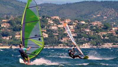 """<div style=""""text-align: justify;"""">Saint-Tropez is tijdens het jaar een prachtig authentiek vissersdorp, maar wordt in de zomer omgetoverd tot een majestueuze jachthaven en de thuisbasis van de mooiste jachten ter wereld. Maar ook wanneer het zomerseizoen ten einde loopt, valt er vanalles te beleven. Een greep uit de activiteiten:regatta's, """"Bravades"""" (festival), antiekhandel, exposities van kunstschilders, en polo-kampioenschappen in Gassin. Er zijn mogelijkheden tot duiken, zeilen, waterski en tennissen, en paardrijden kan in Grimaud. Fietsen en mountainbikes kan je overal huren, en recreatiepark """"Azur Park"""" ligt op 5 km.</div>"""