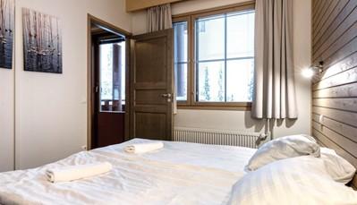 """<div style=""""text-align: justify;"""">Aurinkorinne appartementen is geweldig gelegen, aan de voet van het dorp Ruka. Vanaf de skipiste Talvijarvi kan je naar je appartement skiën en met de voetgangerslift kan je eenvoudig het centrum van Ruka bereiken. De appartementen beschikken allemaal over een houtkachel, sauna en balkon. Je kan kiezen tussen een 2-kamer- of een 3-kamerappartement.</div>"""