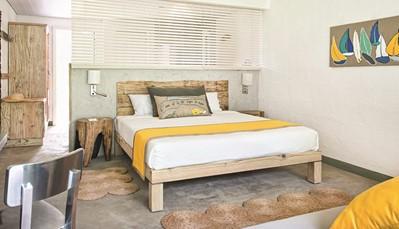 """<div style=""""text-align: justify;"""">De 214 kamers hebben hun eigen identiteit in elke categorie: 115 Superior kamers (35 m&sup2;) waarvan 62 met zeezicht en 10 aan het strand, 21 Family kamers (45 m&sup2;), 14 Family Deluxe kamers (50 m&sup2;), 20 Family appartementen (80 m&sup2;), 21 Couple Deluxe kamers (40 m&sup2;) waarvan 7 met zeezicht en 14 aan het strand, 14 Couple Junior Suites (50m&sup2;) aan het strand en 9 Couple Privilege Suites (40m&sup2;) waarvan 3 met zeezicht en 6 aan het strand. Alle kamers beschikken over balkon of terras, telefoon &amp; IDD toegang, TV, Wifi, minibar, kluis, koffie- en theefaciliteiten, airconditioning, plafondventilator, haardroger, badkamer met douche.</div>"""