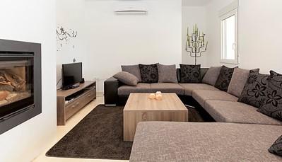 In de gezellige woonkamer vind je een zithoek met open haard, een TV en Dvd-speler.