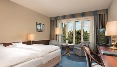 """<div style=""""text-align: justify;""""><br /> <br /> Of je nu wil overnachten met uitzicht op de Dom van Keulen, de Rijn of het imposante Atrium: alle 454 kamers van het hotel zijn uitgerust met moderne voorzieningen, waaronder smart-tv's en gratis Wifi.</div>"""