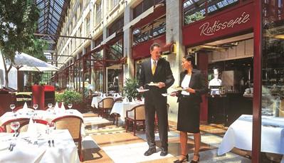 """<div style=""""text-align: justify;"""">Er zijn drie<b></b>restaurants, waaronder het daktuinrestaurant """"Bellevue"""" op de 5e verdieping met een prachtig uitzicht.<b> </b>Je kunt er niet alleen<b> </b>genieten van heerlijke culinaire topgerechten, maar ook van een fantastisch uitzicht op de Rijn en de Dom van Keulen. Het gastronomische aanbod varieert van specialiteiten uit Keulen over seizoensmenu's tot luxebuffetten. Het rijkelijke Maritim-ontbijtbuffet wordt geserveerd in restaurant Rôtisserie. Vergeet zeker niet om een heerlijk Kölsch biertje te drinken in de bier- en wijnbar """"Kölsche Stuff"""" of cocktails te bestellen in de Piano Bar.</div>"""