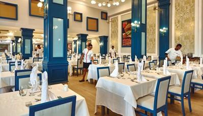 """<div style=""""text-align: justify;"""">Dankzij de het """"all-in""""-concept, kan je eten in het hoofdrestaurant met terras (maaltijden in buffetvorm), maar ook in het fusionrestaurant, Japans restaurant,Italiaans restaurant,Spaans restaurant,Restaurant/steakhouse bij het zwembad, of de'Jerk Grill'. Je kan in de patisserie genieten van gebak en ijs, en genieten van een drankje kan in de lobbybar, salonbar met terras, sportsbar, of poolbar met swim-upbar. Opgelet, deftige kledij is vereist tijdens het avondmaal.</div>"""