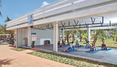 """<div style=""""text-align: justify;"""">Dit hotel beschikt over 3 zoetwaterzwembaden, een kinderbad met glijbanen en een zonneterras. Je krijgt ooktoegang tot het aquapark met 6 glijbanen en kinderbad met glijbanen (vanaf 120 cm) in het RIU resort, net als tot de 4 tennisterreinen.Er zijn elke dagRiuFit groepslessen, en vanaf 18 jaar krijg je toegang tot defitness, sauna en het bubbelbad. Je kan tal van watersporten beoefenen, en er is overdag animatie voorzien voor volwassenen en kinderen(4-7 jaar en 8-12 jaar). 's Avonds geniet je van livemuziek, RIU avondprogramma of shows. Of je kan gaan dansen in de discotheek (uitgezonderd op speciale avonden, dranken betalend).</div>"""