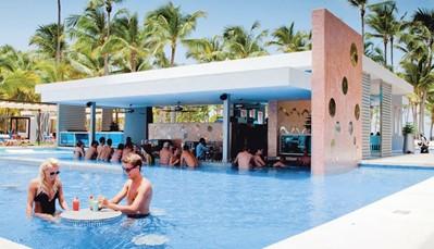 """<div style=""""text-align: justify;"""">Het hotel is uitgerust met 3 zoetwaterzwembaden (waarvan 1 met swim-upbar) en een zonneterras. Je krijgt ook&nbsp;toegang tot het aquapark met 6 glijbanen en kinderbad met glijbanen (kinderen vanaf 120 cm) in het Riu resort. Overal zijn ligzetels met handdoekenservice ter beschikking. Je kan ook tal van (water)sporten beoefenen, of genieten van een stoombad en fitness (in het Riu Palace Bavaro). Overdag is animatie voorzien en&nbsp;&#39;s avonds kan je genieten van liveuziek, RIU avondprogramma of shows. Of je kan gaan dansen in de discotheek. Je krijgt ook toegang en dranken in het amfitheater.&nbsp;</div>"""