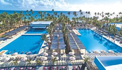 """<div style=""""text-align: justify;"""">Het hotel beschikt over&nbsp;5 zoetwaterzwembaden, 2 kinderbaden, en een zonneterras. Je krijgt ook toegang tot het aquapark met 6 glijbanen en kinderbad met glijbanen in het RIU resort, en 4&nbsp;tennisterreinen, een omnisportterrein, en een volleybalveld. Er is een fitness, maar je kan ook deelnemen aan de&nbsp;RiuFit groepslessen. Je kan gebruikmaken van het stoombad in Riu Palace Bavaro, en ook tal van watersporten zijn mogelijk.&nbsp;Er is overdag animatie voor volwassenen, kinderen (4-7 jaar en 8-12 jaar, in Kinderclub RiuLand), en jongeren (Riu4U, 13-17 jaar). &#39;s Avonds geniet je van livemuziek, van shows of het RIU avondprogramma, of je gaat dansen in&nbsp;de discotheek.&nbsp;</div>"""