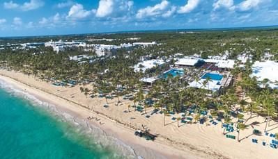 """<p style=""""text-align: justify;"""">Dit hotel ligt direct aan het Arena Gorda-strand, in het RIU Resort samen met de hotels Riu Palace Macao, Riu Naiboa, Riu Palace Bavaro en Riu Palace Punta Cana. Je bevindt je hier op&nbsp;40 km van Higüey, en op&nbsp;600 m van de Caribische straat. De luchthaven ligt&nbsp;&plusmn; 25 km verderop&nbsp;(transfer heen en terug inbegrepen).&nbsp;</p>"""