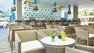 """<div style=""""text-align: justify;"""">Je verblijft op basis van het &quot;all-in&quot;-concept, wat betekent dat alle maaltijden, snacks en een selectie aan dranken zijn inbegrepen. Je kan eten in het hoofdrestaurant met terras, of in het Italiaans restaurant, het Aziatisch restaurant, de Steakhouse, het restaurant &#39;Kulinarium&#39;, het Mexicaans restaurant&nbsp;of&nbsp;een Spaans restaurant. Een drankje kan je nuttigen in de salonbar, de poolbar, de swim-upbar of in de sportsbar.&nbsp;</div>"""