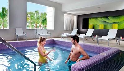 """<div style=""""text-align: justify;"""">Het hotel beschikt over 2 zoetwaterzwembaden (waarvan 1 met bubbelbad en swim-upbar), een kinderbad, zonneterras, en tuin. Je krijgt ooktoegang tot het aquapark met 6 glijbanen en kinderbad met glijbanen (vanaf 120 cm) in het RIU resort. Overal zijn ligzetels met handdoekenservice beschikbaar. Je kan tal van (water)sporten beoefenen, of genieten van de fitness, gym of het stoombad. Overdag is er animatie voorzien voor volwassenen én kinderen, en 's avonds geniet je van livemuziek, RIU avondprogramma of shows. Of je gaat dansen in de discotheek (uitgezonderd op speciale avonden, dranken betalend).</div>"""
