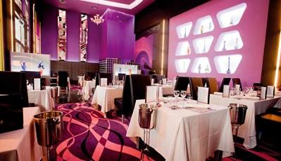 """<div style=""""text-align: justify;"""">Je verblijft op basis van het """"all-in"""" concept, wat betekent dat alle maaltijden, snacks en een selectie aan dranken inbegrepen zijn. Je kan eten in het hoofdrestaurant, maar voor wie iets anders wil zijn er tal van opties: een fusionrestaurant,Japans restaurant,Italiaans à-la-carterestaurant (voorgerechten in buffetvorm), restaurant 'Kulinarium', en een restaurant bij het zwembad/steakhouse. Voor het avondmaal dien je deftig gekleed te zijn. Een drankje nuttigen kan in de lobbybar met gebak en ijs, bar, salonbar met terras, sportsbar, 3 poolbars (waarvan 2 exclusief voor de Adults Only villa's), swim-upbar.</div>"""