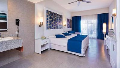 """<div style=""""text-align: justify;"""">Het Hotel Riu Bambu beschikt over&nbsp;1000 kamers die zijn uitgerust met de beste faciliteiten, zoals de badkamer (douche, haardroger), centrale airco, plafondventilator, strijkijzer en -plank, telefoon, wifi (gratis), satelliet-tv (flatscreen), minibar (gratis), sterkedrankenverdeler en safe (gratis).&nbsp;</div>"""