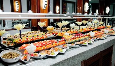 """<div style=""""text-align: justify;"""">Je verblijft op basis van een """"all-in""""-concept, wat betekent dat alle maaltijden, snacks en een selectie van dranken zijn inbegrepen. Je kan eten in het hoofdrestaurant met terras (maaltijden in buffetvorm), maar er zijn ook tal van gespecialiseerde restaurants om uit te kiezen: het restaurant/steakhouse bij het zwembad, een Italiaans restaurant,Japans restaurant, Fusionrestaurant, en ook de mogelijkheid om romantisch te dineren op het strand. Voor het avondmaal wordt wel deftige kledij vereist. Een drankje kan je nuttigen in de lobbybar, salonbar,of de poolbar met swim-upbar.</div>"""