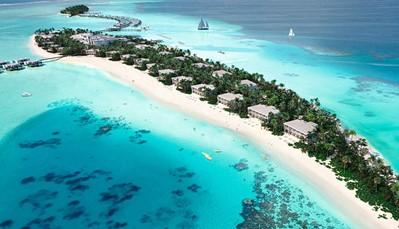 """<p style=""""text-align: justify;"""">Dit hotel ligt op het privé-eiland Maafushi, onderdeel van het Dhaalu Atol. Het isdoor een loopbrug verbonden met het naastgelegen Kedhigandu eiland, waar hotel Riu Palace Maldivas ligt. Je verblijft hier op5 km van het centrum van Kudahuvadhoo, en op± 5 km van de lokale luchthaven op Kudahuvadhoo eiland. De luchthaven van Velana ligt op± 180 km (transfer heen en terug inbegrepen).</p>"""