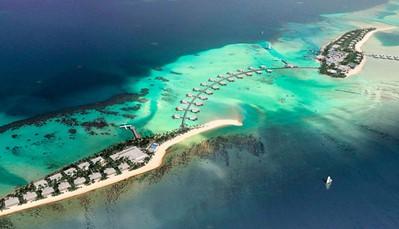 """<p style=""""text-align: justify;"""">Dit resort ligt op het privé-eiland Kedhigandu, onderdeel van het Dhaalu Atol. Het is door een loopbrug verbonden met het naastgelegen Maafushi eiland, waar hotel Riu Atoll ligt. Je&nbsp;verblijft hier op&nbsp;5 km van het centrum van Kudahuvadhoo, en op&nbsp;&plusmn; 5 km van de lokale luchthaven op Kudahuvadhoo eiland. De luchthaven van&nbsp;Velana ligt op&nbsp;&plusmn; 180 km (transfer heen en terug inbegrepen).&nbsp;</p>"""