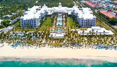 "<p style=""text-align: justify;"">Het hotel ligt direct aan het Arena Gorda-strand, in hetRIU resort samen met de hotels Riu Palace Macao, Riu Palace Bavaro, Riu Naiboa en Riu Bambu. Op 40 km ligtHigüey, en de luchthaven ligt op± 25 km(transfer heen en terug inbegrepen).</p>"