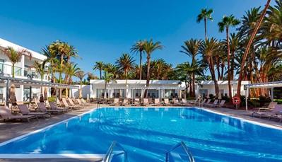 """<div style=""""text-align: justify;"""">In de zomer van 2018 werd dit hotel volledig gerenoveerd, je geniet dus van het meest moderne comfort. De ligging, pal aan het strand van Maspalomas, is perfect en je geniet in het hele hotel van gratis wifi. Wil je graag genieten vol luxe, maar ook een steentje bijdragen aan de natuur? Dat kan hier, want het hotel kreeg de GOLD Award van Travelife Sustainability System toegekend.</div>"""