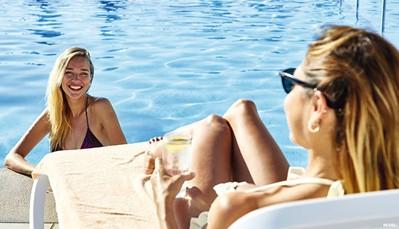 """<div style=""""text-align: justify;"""">Verfrissing vind je in een van de 6 zoetwaterzwembaden (waarvan 2 op het strand). Kinderen kunnen zich intussen uitleven in het kinderbad. Even uitrusten kan op het zonneterras, of in de grote tuin. Overal zijn gratis ligzetels beschikbaar met handdoekenservice. Dankzij je """"All-in""""-concept geniet je ook vanRiuFit groepslessen (meerdere malen/week), een animatieprogramma overdag voor volwassenen (meerdere malen/week) en kinderen (4-7 en 8-12 jaar inRiuLand, dagelijks), en shows, livemuziek of een Riu-avondprogramma (dagelijks).</div>"""