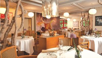 <div>Sterrenrestaurant<br /> Verfijnde streekgerechten<br /> Overdekt zwembad<br /> In een bos<br /> Voormalig jachtpaviljoen</div>