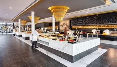 """<div style=""""text-align: justify;"""">Ontbijtbuffet met schuimwijn en showcooking wordt opgediend in het hoofdrestaurant, waar je ook 's avonds kan eten in buffetvorm (2x/week themabuffet). Je kan ook dinerenin het fusionrestaurant of het restaurant aan het zwembad (Spaanse keuken). Hier vind je overdag ook een snack- en tapasservice. Een aperitief kan je drinken in de salonbar, of in bar 'Onix'. Opgelet, deftige kledij (lange broek voor de heren) is vereist voor het avondmaal.</div>"""
