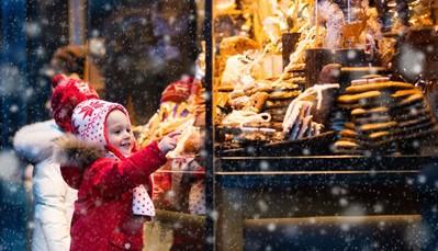 """<div style=""""text-align: justify;"""">Er zijn meerdere sprookjesachtige kerstmarkten in Keulen, waarvan eentje vlak naast het hotel op de Heumarkt. Maar de mooiste en beroemdste kerstmarkt is te vinden recht tegenover de kathedraal. Midden op de markt staat een enorme kerstboom - met 25 meter de hoogste natuurlijke kerstboom in Noord-Rijnland-Westfalen. Onder het feeërieke schijnsel van meer dan 70.000 lichtjes geniet je van optredens die aan de voet van de kerstboom worden uitgevoerd. Nog niet genoeg van de kerstsfeer? Dan heb je nog de engelenmarkt op de Neumarkt, de kerstmarkt op de Rudolfplatz en de havenkerstmarkt in het Chocolademuseum.</div>"""