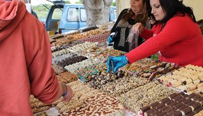 """<span style=""""color:#FF0000;""""><b>Lokale snoeperijen</b></span><br /> In de zomer worden ook de plaatselijke dorpsfeesten georganiseerd. Op straat worden dan zoete lekkernijen verkocht, zoals<em>imqaret</em>(dadelgebak) en<em>Qubbajt</em>(nougat). Heerlijk om van te snoepen terwijl je kijkt naar het vuurwerk of de optochten. Nog meer Maltese keuken? Boek dan een gastronomische wandeling waarbij je drie uur lang overladen wordt met gastronomische weetjes en lekkere proeverijen."""