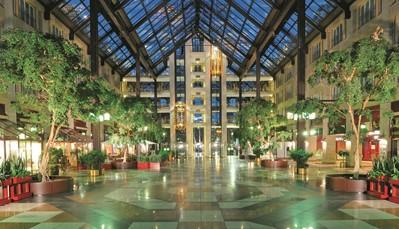 """<div style=""""text-align: justify;"""">Het Maritim hotel ligt precies tussen het centrum van Keulen en de gezellige Rheinuferpromenade met zijn terrasjes en restaurants. Zowel met de auto als met het openbaar vervoer is het hotel gemakkelijk te bereiken. Het is slechts 1 km wandelen naar de kathedraal. Andere bezienswaardigheden van Keulen, zoals het Chocolademuseum of het stadhuis, zijn ook vlakbij. Het centrale en indrukwekkende plein waarrond het hotel is gebouwd, is een shoppingarcade met diverse winkeltjes en restaurants.</div>"""