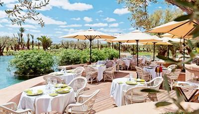 """<div style=""""text-align: justify;"""">Het hotel heeft een rustige ligging tussen de palm-, olijf- en sinaasappelbomen. En toch ligt de levendige medina van Marrakech op slechts 12 kilometer verwijderd. Het uitgestrekte privédomein beschikt over een eigen 18 holes golfbaan.</div>"""