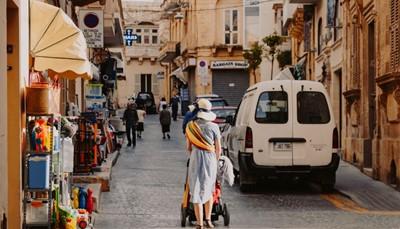 """<span style=""""color:#FF0000;""""><strong>Hoe reis je naar Malta?</strong></span><br /> Vanuit Brussel kun je met Air Malta al vanaf 49 euro naar Malta (enkele reis). Air Malta biedt dagelijkse vluchten aan tussen Brussel en Malta. Boek je <em>Go Smart Fare</em>, dan is 23 kg ruimbagage inbegrepen in de prijs van je ticket. Met het goedkopere <em>Go Light</em> ticket neem je alleen handbagage mee - die mag tot 10kg wegen. In minder dan drie uur vliegen sta je in Malta. Daarom is het de perfecte bestemming voor een mini-break of stedentrip.<br />"""