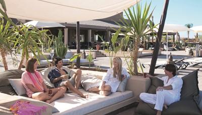 """<div style=""""text-align: justify;"""">Riu Tikida Palmeraie is een fantastisch RIU-hotel gelegen in het groene Palmeraie. Uitmuntende en vriendelijke service is er troef! Het hotel werd volledig gerenoveerd voor de zomer van 2019. Je ontspant er volledig in de verfrissende zwembaden, de 65.000 m² tuin of in het wellnesscentrum. Met een gratis busje ben je zo in het centrum van Marrakech!</div>"""