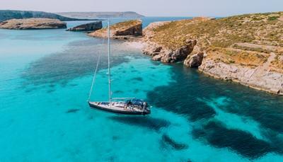 """<span style=""""color:#FF0000;""""><strong>Eilandhoppen</strong></span>  <div style=""""text-align: justify;"""">Verschillende eilanden bezoeken is niet alleen leuk maar ook afwisselend. Veel mensen weten niet dat Malta eigenlijk een archipel is in de Middellandse Zee. Die bestaat uit de eilanden Malta, Gozo, Comino en enkele onbewoonde eilandjes zoals het pittoreske Cominotto, Fifla en Fungus Rock. Malta is klein maar fijn en ieder eilandje heeft iets bijzonders: ideaal dus om tijdens één reis te combineren. Ga naar Malta voor cultuur, naar Gozo voor natuur en naar Comino voor wateravontuur.</div>"""