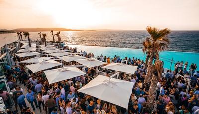 """<span style=""""color:#FF0000;""""><strong>Festival groupies</strong></span>  <div style=""""text-align: justify;"""">Heel wat jongeren koppelen reizen aan eenfestivalbezoek. Maar ook zij met een jaartje meerkiezen vaker voor reizen naar een muziek- ofvuurwerkfestival. Het eiland Malta is dé festivalbestemming:er is het hele jaar door wat te beleven. Genietvan de <em>islandvibe</em> in combinatie met bijvoorbeeldhet Jazz festival, Rock event of Unite withTomorrowland. Alles kan in Malta!</div> <br />"""