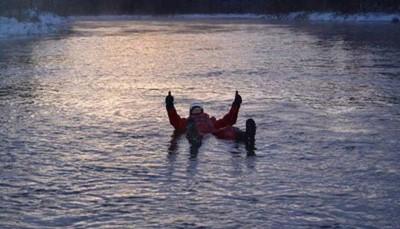 <div>In de voormiddag heb je de mogelijkheid om een leuke ervaring rijker te worden. Je kan dan namelijk aan <strong>rivierdrijven</strong> doen. Je krijgt waterdichte en warme pakken ter beschikking en daarmee drijf je een rustige rivier af tussen sneeuw en ijs. Halfweg wordt er gestopt voor een warm drankje. Een unieke ervaring! DUUR: 2.5 uur – PRIJS: 80.00 €/volw, 80.00 €/kind. – Vertrek: maandag tem zaterdag om 11u00 (min. 4 deelnemers, min. 1m60cm)</div>