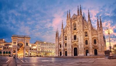 """<div style=""""text-align: justify;"""">Milan ne décevra pas les passionnés de culture. La capitale de la Lombardie est connue pour ses édifices et ses curiosités remarquables. Le centre de Milan renferme le principal site touristique: Il Duomo de Santa Maria Nascente. Cette cathédrale du 14e siècle compte parmi les plus grandes du monde. Chef-d'œuvre gothique, le Duomo incarne l'une des plus grandes églises catholiques romaines de la planète. L'extérieur excentrique est caractérisé par des milliers de statues et de petites tours. Une fois à l'intérieur, laissez-vous subjuguer par les trésors inestimables, et promenez-vous sur le toit.</div>"""