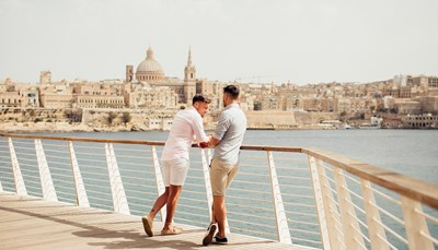 """<span style=""""color:#FF0000;""""><strong>LGBTQ+-reizen</strong></span>  <div style=""""text-align: justify;"""">Op zoek naar LGBTQ+vriendelijke bestemmingen waar iedereenzorgeloos kan genieten van zijn vakantie. Maltastaat op nummer 1 in de Rainbow EuropeIndex, een lijst die Europese landen rangschiktop hun LGBTQ+ gelijkheidswetten en -beleid.Malta pakt er graag mee uit en dit zorgt vooreen heerlijk positieve sfeer op het eiland.</div>"""