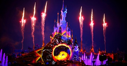 """<div style=""""text-align: justify;"""">À l'occasion du nouveau Festival du Roi Lion et de la Jungle à Disneyland® Paris, vous pourrez vivre une aventure inoubliable sur la Terre des Lions, en ajoutant l'Expérience Signature Le Roi Lion à votre séjour ! Pour 99€ par personne, vous profitez de tous ces avantages : <ul> <li>Un déjeuner en présence de Rafiki & Mickey au restaurant Hakuna Matata</li> <li>Un placement privilégié pour le spectacle Le Roi Lion et les Rythmes de la Terre</li> <li>Une rencontre privée avec Minnie dans son costume d'aventurière</li> <li>Un mug souvenir du Roi Lion en édition collector avec une boisson par personne</li> <li>Une carte cadeau de 15€ par personne à dépenser dans les Parcs Disney®</li> <li>Un message surprise de la part de Simba</li> <li>Une séance de djembés traditionnels</li> </ul> </div>"""