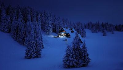 <div>Een sneeuwscootertocht in het donker geeft je een totaal andere rij-ervaring als tijdens de dag. Het licht van de sneeuwscooter weerschijnt op de sneeuwvlaktes en samen met het licht van de sterren en de maan geeft je dit een magisch gevoel. Het doel is uiteraard om het noorderlicht te kunnen spotten, daarom worden er onderweg regelmatig stops gemaakt. Tijdens één van deze stops kan je genieten van een deugddoende kop koffie, een broodje en kan je worstjes grillen boven het kampvuur. (min. 6 deelnemers) DUUR: ca 3u – PRIJS: 115.00 €/volw (2 pers/scooter), 140.00 €/volw (1 pers/scooter), 85.00 €/kind</div>